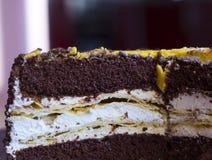 Corte el plátano que la torta con asperja y chocolate Imagen de archivo