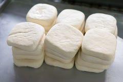 Corte el queso de soja en bandeja fotografía de archivo