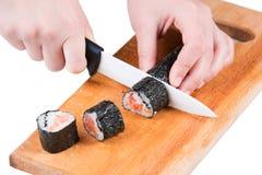 Corte el rollo de sushi fotografía de archivo libre de regalías