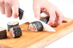 Corte el rollo de sushi imagenes de archivo