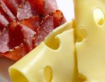 Corte el salami y el queso Fotos de archivo