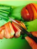 Corte el tomate en la tabla Fotos de archivo libres de regalías