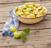 Corte em fatias de maçãs em uma bacia Imagem de Stock Royalty Free