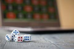 Corte en cuadritos en el fondo del juego online del ordenador portátil imágenes de archivo libres de regalías