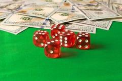 Corte en cuadritos y 100 billetes de banco en la tabla verde Concepto que gana Fotos de archivo