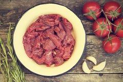 Corte en pedazos de carne de la carne de vaca fotos de archivo libres de regalías