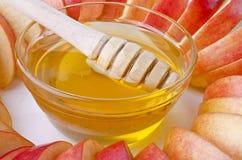 Corte en rebanadas de manzanas con un cuenco de miel Fotos de archivo libres de regalías