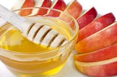 Corte en rebanadas de manzanas con un cuenco de miel Imagen de archivo