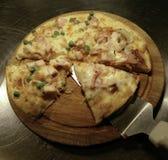 Corte en rebanadas deliciosas la pizza fresca Fotos de archivo libres de regalías