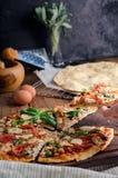 Corte en rebanadas deliciosas la pizza en la tabla de madera Foto de archivo libre de regalías