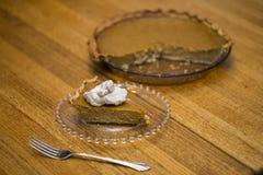 Corte a fatia de tarte de abóbora com forquilha e chantiliy fotos de stock royalty free