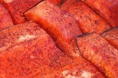 Corte fatias de faixa de peixes vermelha com pimenta no contador fotos de stock royalty free