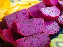 Corte fresco Dragon Fruit e frutos e quivi frescos da manga do corte fotografia de stock