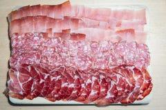 Corte hecho en casa del salami, del jamón y de la mota imagen de archivo