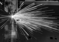Corte industrial del laser que procesa tecnología de la fabricación del material de acero de la chapa plana con las chispas Foto de archivo libre de regalías