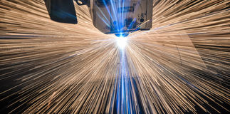 Corte industrial do laser que processa a tecnologia da fabricação do material de aço da chapa metálica lisa com faíscas foto de stock