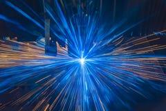 Corte industrial do laser que processa a tecnologia da fabricação do material de aço da chapa metálica lisa com faíscas imagens de stock royalty free
