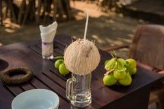 Corte joven de la fruta del coco abierto a la bebida Foto de archivo libre de regalías