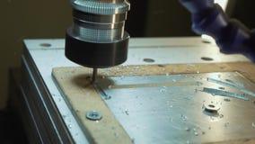 Corte la chapa en el taller Herramienta moderna en industria pesada Trabajo peligroso almacen de video