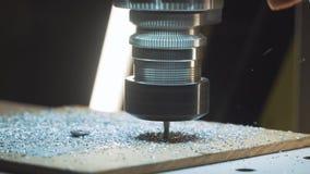 Corte la chapa en el taller Herramienta moderna en industria pesada Trabajo peligroso metrajes