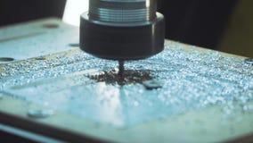 Corte la chapa en el taller Herramienta moderna en industria pesada Trabajo peligroso almacen de metraje de vídeo
