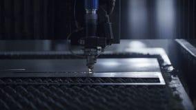 Corte la chapa en el taller Herramienta moderna en industria pesada Trabajo peligroso Fabricación de la alta precisión de piezas  almacen de metraje de vídeo