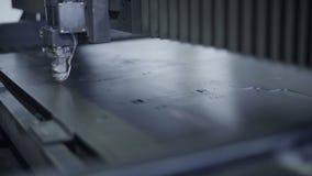 Corte la chapa en el taller Herramienta moderna en industria pesada Trabajo peligroso Fabricación de la alta precisión de piezas  metrajes