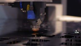 Corte la chapa en el taller Herramienta moderna en industria pesada Trabajo peligroso Fabricaci?n de la alta precisi?n de piezas  metrajes