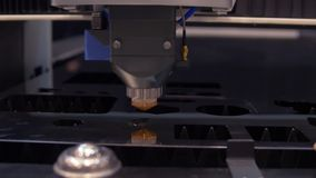 Corte la chapa en el taller Herramienta moderna en industria pesada Trabajo peligroso Fabricaci?n de la alta precisi?n de piezas  almacen de video