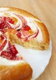 Corte la crema adornada torta dulce Fotos de archivo libres de regalías