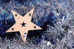 Corte la estrella de madera en fondo de las mallas Imagen de archivo libre de regalías