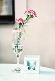 Corte la flor del geranio con la vela decorativa, filtro retro Fotos de archivo libres de regalías