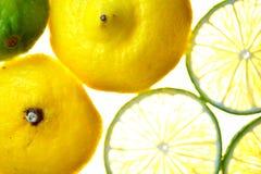 Corte la fruta aislada del limón de la fruta cítrica Imagen de archivo libre de regalías