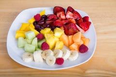 Corte la fruta con los plátanos y las fresas de los mangos imagen de archivo libre de regalías