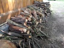 Corte la madera delante de la casa Fotografía de archivo libre de regalías