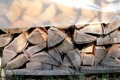 Corte la madera, leña para el invierno Corte la madera del fuego de registros y los pedazos de madera listos para la madera de ca Foto de archivo libre de regalías