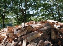 Corte la madera que se apilará Foto de archivo