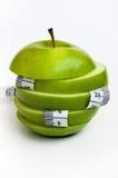 Corte la manzana con la cinta de medición Imagenes de archivo