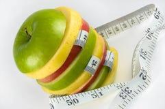 Corte la manzana con la cinta de medición Imagen de archivo libre de regalías