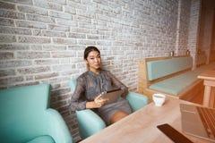 Corte a la mujer que el abogado está utilizando la tabla digital, foto de archivo
