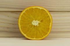 Corte la naranja amarga natural jugosa fresca en fondo de madera Imagen de archivo