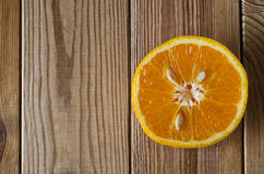 Corte la naranja desde arriba en la madera Fotos de archivo libres de regalías