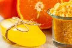 Corte la naranja, el jabón y el bol de vidrio con la sal de Yellow Sea Imagen de archivo libre de regalías