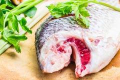 Corte la preparación de las cabezas de los pescados de la comida Imagenes de archivo