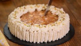 Corte la tarta de manzanas con crema metrajes