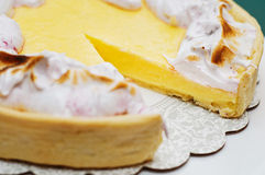 Corte la tarta del limón Fotografía de archivo