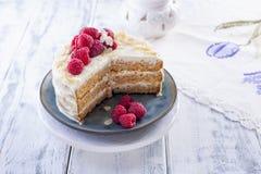 Corte la torta con la crema blanca, para la fruta del mango del desayuno A Fondo blanco, mantel con el cordón, y espacio libre pa foto de archivo libre de regalías