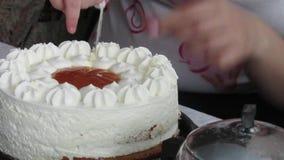 Corte la torta de cumpleaños almacen de video