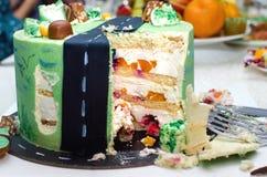 Corte la torta de cumpleaños en la tabla foto de archivo libre de regalías