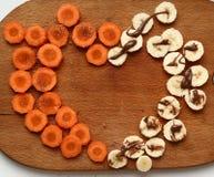 Corte la zanahoria y el plátano con el azúcar y el chocolate Imagen de archivo